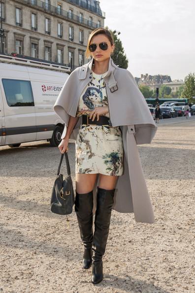 elblogdeanasuero_Capas_Miranda Kerr minifalda y botas