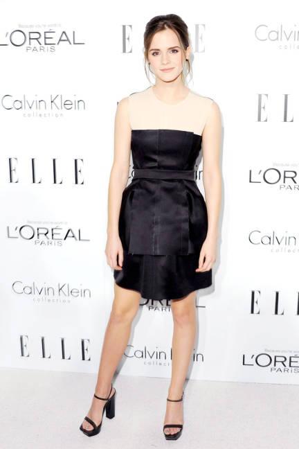 elblogdeanasuero_El estilo de Emma Watson_Calvin Klein vestido corto negro y nude
