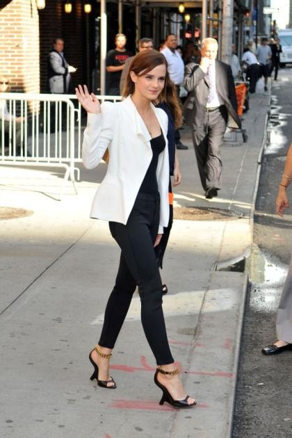 elblogdeanasuero_El estilo de Emma Watson_J Brand vaqueros negros y blazer blanca