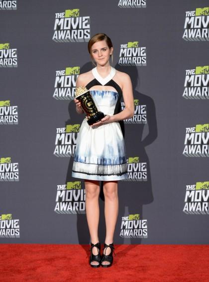 elblogdeanasuero_El estilo de Emma Watson_Proenza Schouler vestido corto blanco, negro y azuljpg
