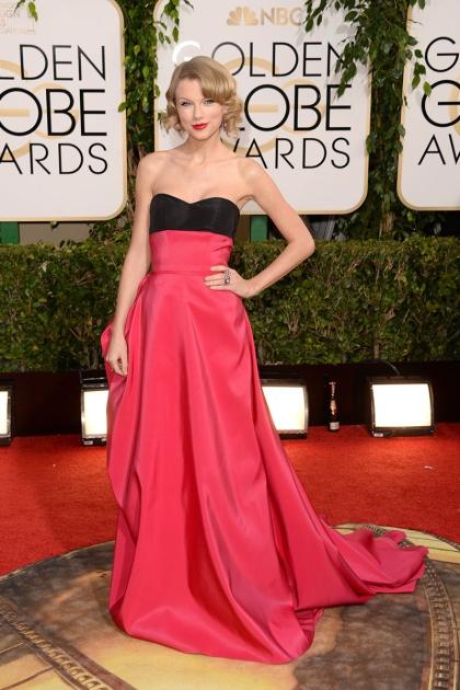 elblogdeanasuero_Globos de Oro 2014_Taylor Swift Carolina Herrera bicolor fresa y negro