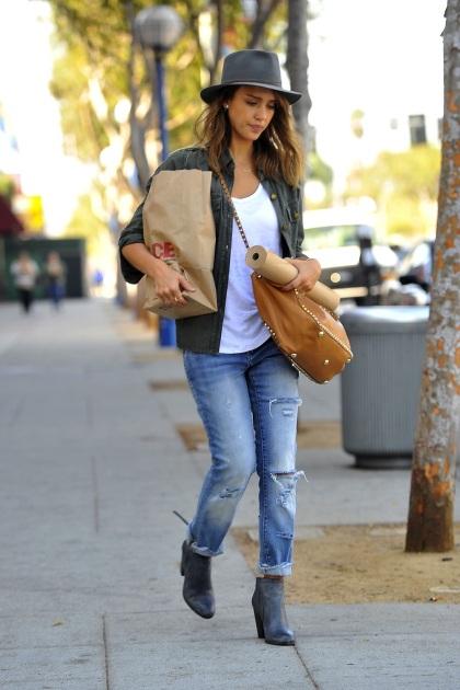 elblogdeanasuero_Ripped jeans_Jessica Alba vaqueros y borsalino