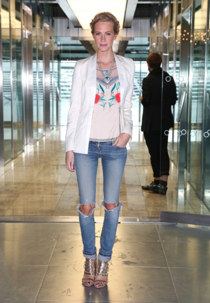 elblogdeanasuero_Ripped jeans_Poppy Delevingne vaqueros y americana blanca