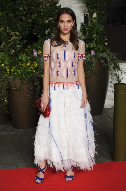 elblogdeanasuero_Bafta 2014_Alicia Vikander Chanel blanco plumas y étnico