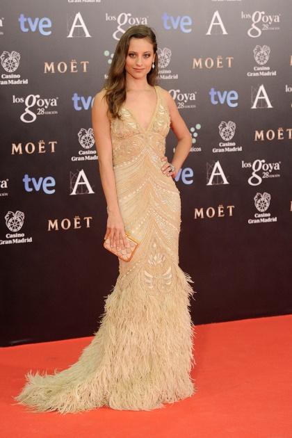 elblogdeanasuero_Premios Goya 2014_Michelle Jenner vestido paillettes y plumas Naeem Khanjpg