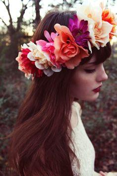 elblogdeanasuero_Tocados de flores_Pinteres corona enorme y pelo liso