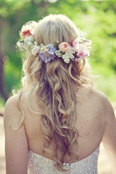 elblogdeanasuero_Tocados de flores_Pinteres corona y pelo suelto ondas