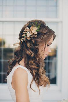 elblogdeanasuero_Tocados de flores_Pinteres pelo suelto ondas y flores a un lado