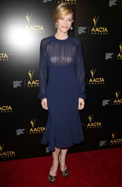 elblogdeanasuero_El estilo de Cate Blanchett_Michael Kors midi azul  con transparencias
