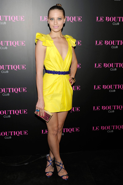 elblogdeanasuero_El estilo de Michele Jenner_Andrew Gn vestido corto amarillo escotado