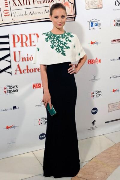 elblogdeanasuero_El estilo de Michele Jenner_Andrew Gn vestido largo capa blanca