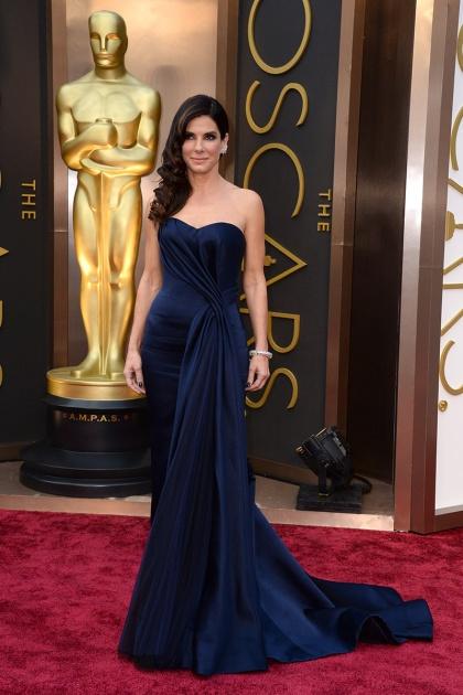 elblogdeanasuero_Oscars 2014_Alexander McQueen Sandra Bullock azul escote palabra de honor