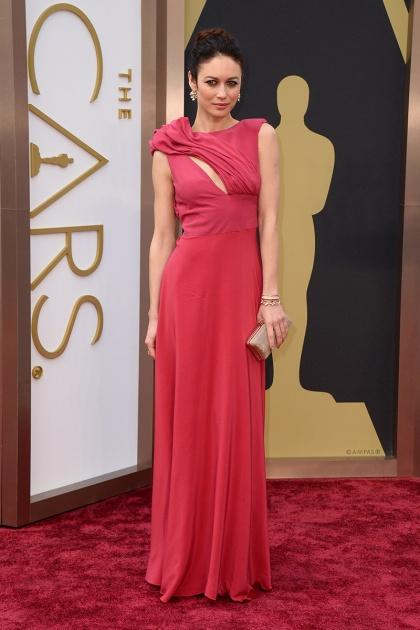 elblogdeanasuero_Oscars 2014_Alice Elia Olga Kurylenko rojo asimétrico