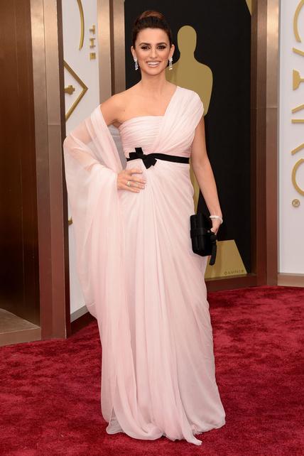 elblogdeanasuero_Oscars 2014_Giambattista Valli Penelope Cruz rosa claro asimétrico