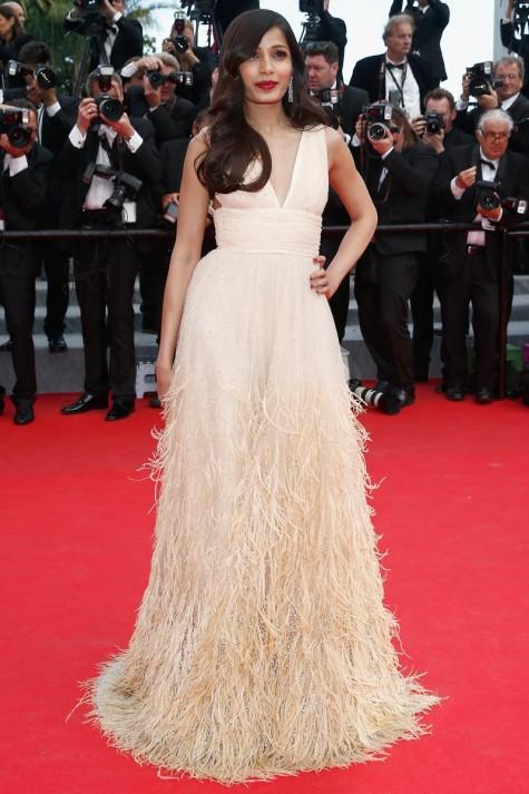 elblogdeanasuero_Festival de Cannes_Freida Pinto Michael Kors vestido nude plumas