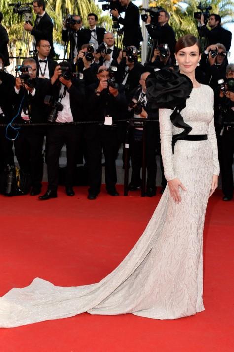 elblogdeanasuero_Festival de Cannes_Paz Vega vestido plata y flor negra Ralph & Russo Couture