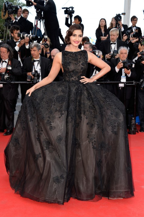 elblogdeanasuero_Festival de Cannes_Sonal Kapoor Elie Saab negro volumen