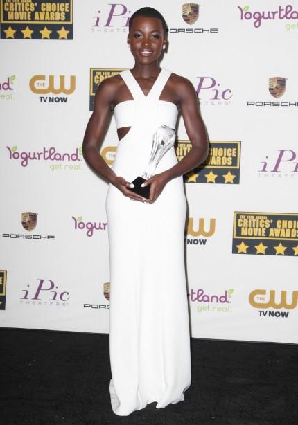elblogdeanasuero_Lupita Nyongo_Calvin Klein vestido cut out blanco