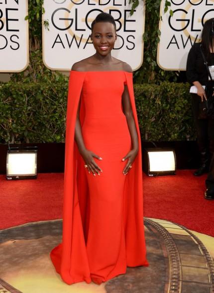 elblogdeanasuero_Lupita Nyongo_Ralph Lauren vestido rojo con capa