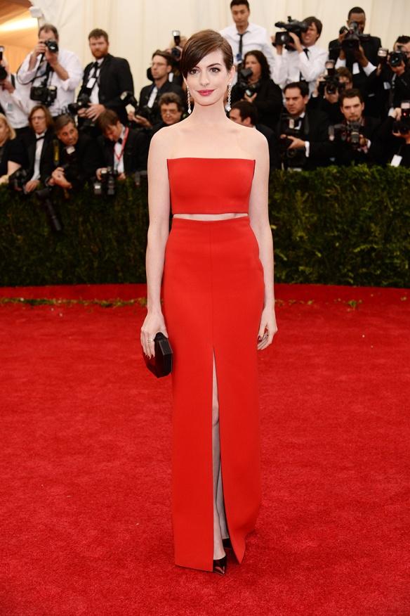 elblogdeanasuero_Met Ball 2014_Anne Hathaway Calvin Klein crop top y falda rojo