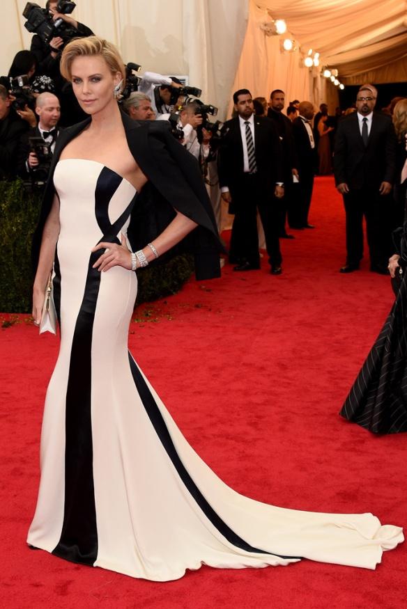 elblogdeanasuero_Met Ball 2014_Charlize Theron Dior blanco y negro