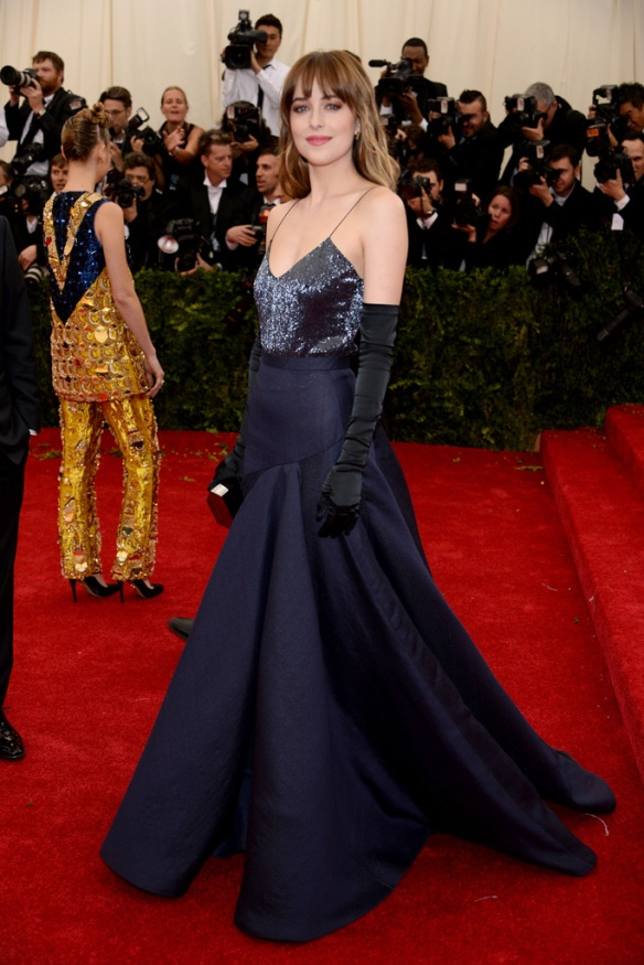 elblogdeanasuero_Met Ball 2014_Dakota Johnson Jason Wu azul noche con paillettes en el top