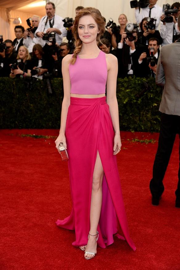 elblogdeanasuero_Met Ball 2014_Emma Stone Thakoon crop top y falda rosas
