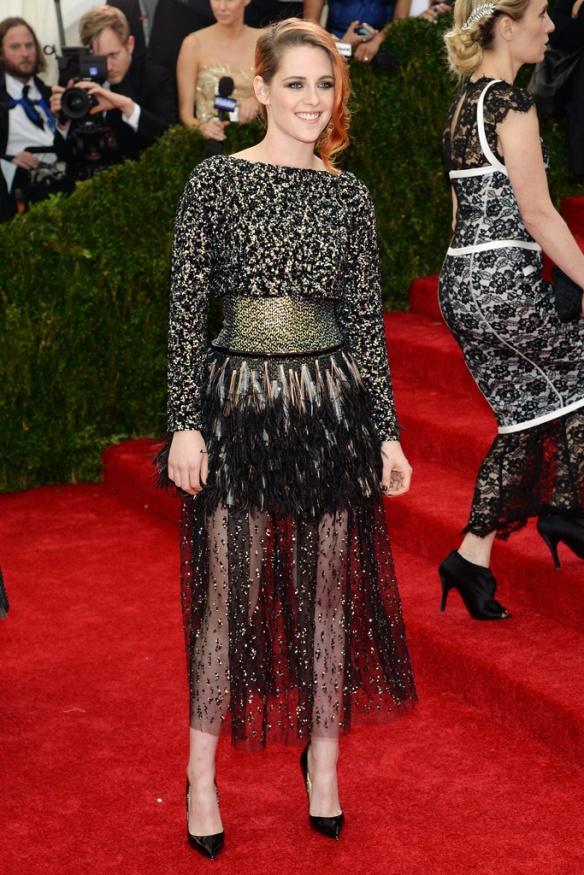 elblogdeanasuero_Met Ball 2014_Kristen Stewart Chanel midi transparencias y plumas