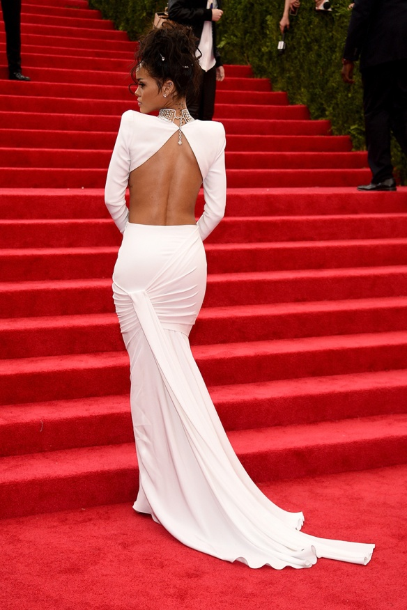 elblogdeanasuero_Met Ball 2014_Rihanna Stella McCartney crop top y falda blancos detalle espalda