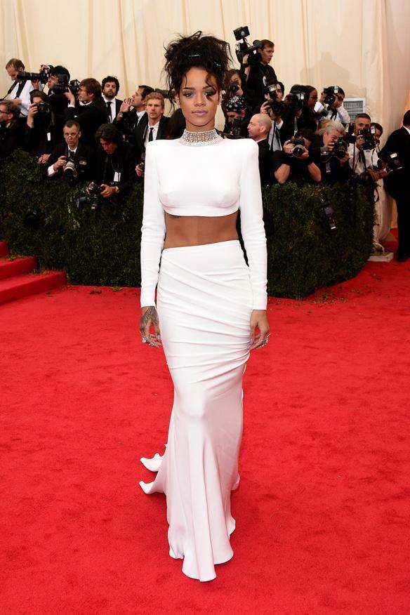 elblogdeanasuero_Met Ball 2014_Rihanna Stella McCartney crop top y falda blancos
