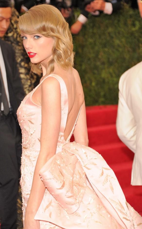elblogdeanasuero_Met Ball 2014_Taylor Swift Oscar de la Renta con cola espalda