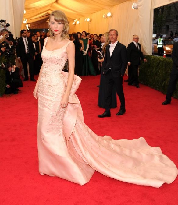 elblogdeanasuero_Met Ball 2014_Taylor Swift Oscar de la Renta con cola