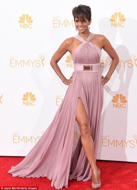 elblogdeanasuero_Alfombra roja de los Emmys 2014_Halle Berry Elie Saab rosa palo con abertura