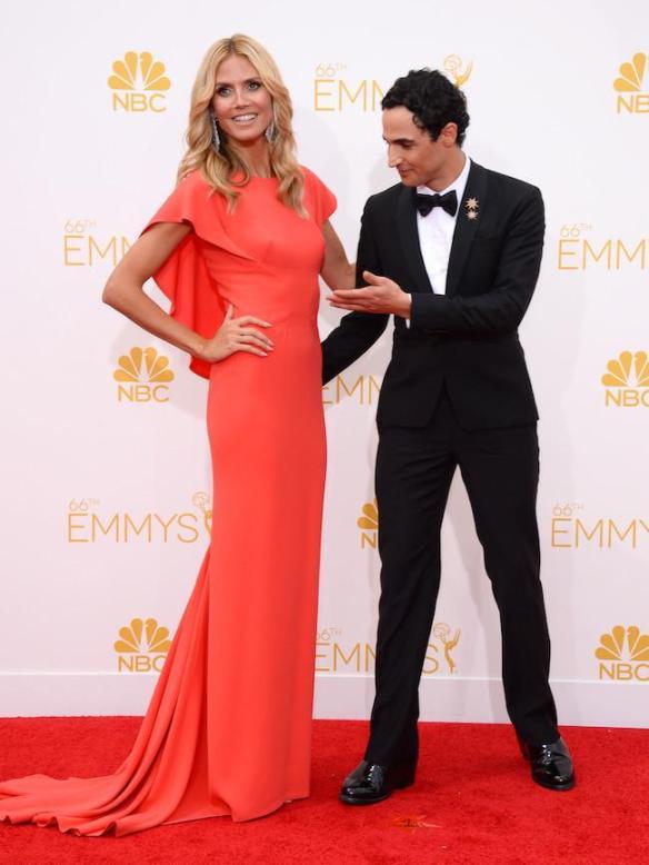 elblogdeanasuero_Alfombra roja de los Emmys 2014_Heidi Klum Zac Posen coral con capa
