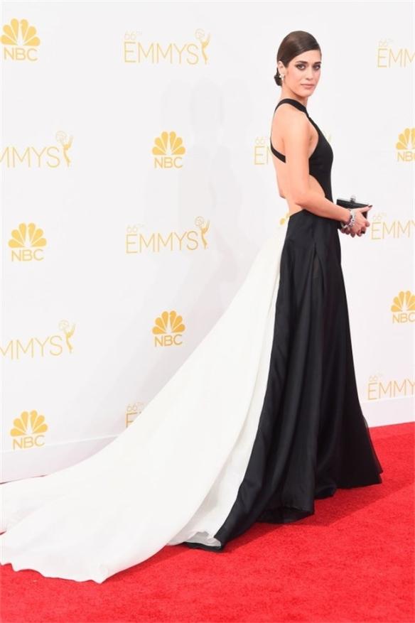 elblogdeanasuero_Alfombra roja de los Emmys 2014_Lizzy Caplan Donna Karan blanco y negro cola