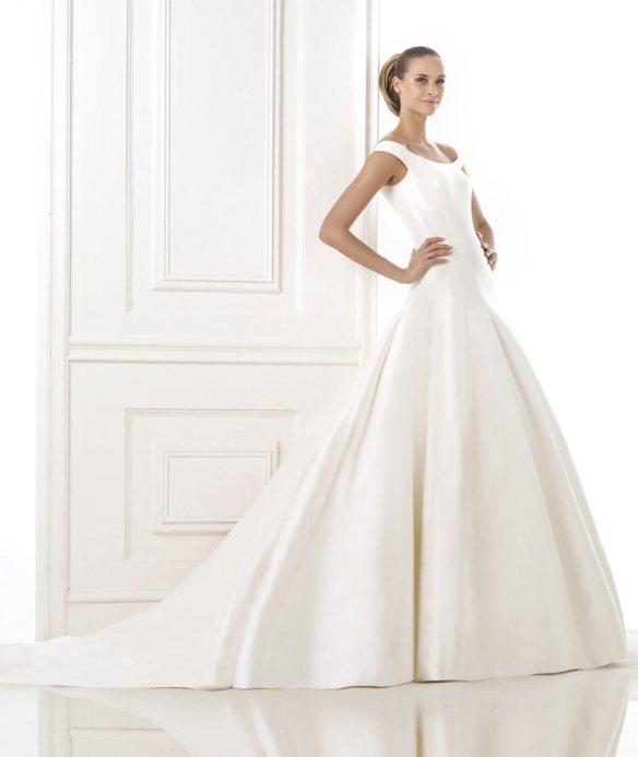 elblogdeanasuero_Vestidos de novia clásicos 2015_Pronovias mikado tirante ancho y espalda botones