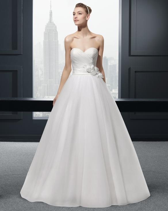 elblogdeanasuero_Vestidos de novia palabra de honor 2015_Rosa Clara vestido de tul con flor