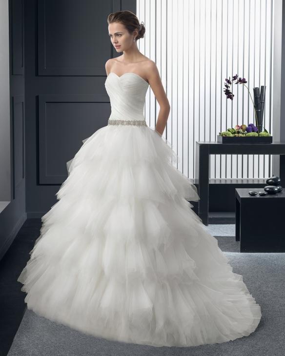 elblogdeanasuero_Vestidos de novia palabra de honor 2015_Rosa Clara vestido de tul con volantes