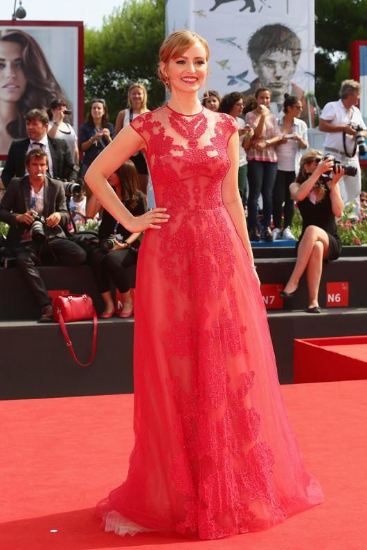 elblogdeanasuero_Alfombra roja del Festival de Venecia 2014_Ahna O´Reilly Monique Lhuillier vestido rojo de tul