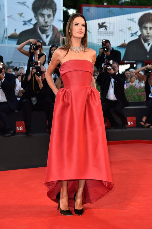 elblogdeanasuero_Alfombra roja del Festival de Venecia 2014_Alessandra Ambrosio Alberta Ferretti rojo tail hem