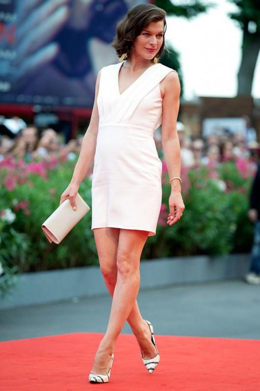 elblogdeanasuero_Alfombra roja del Festival de Venecia 2014_Milla Jovovich Saint Laurent corto blanco