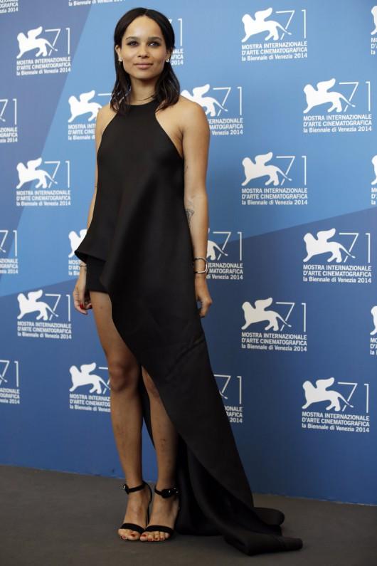elblogdeanasuero_Alfombra roja del Festival de Venecia 2014_Zoe Kravitz Balenciaga vestido asimétrico negro