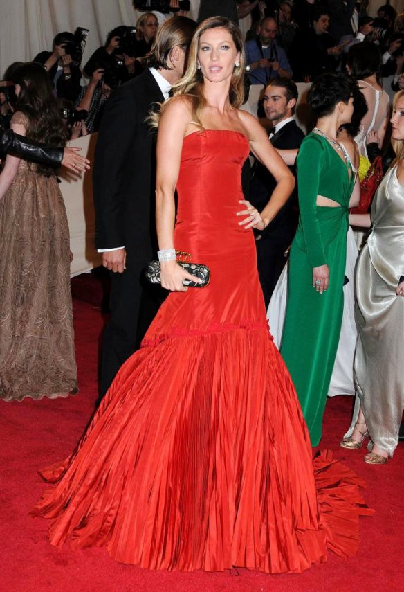 elblogdeanasuero_El estilo de Gisele Bundchen_Alexander McQueen Met ball 2011 rojo largo palabra de honor