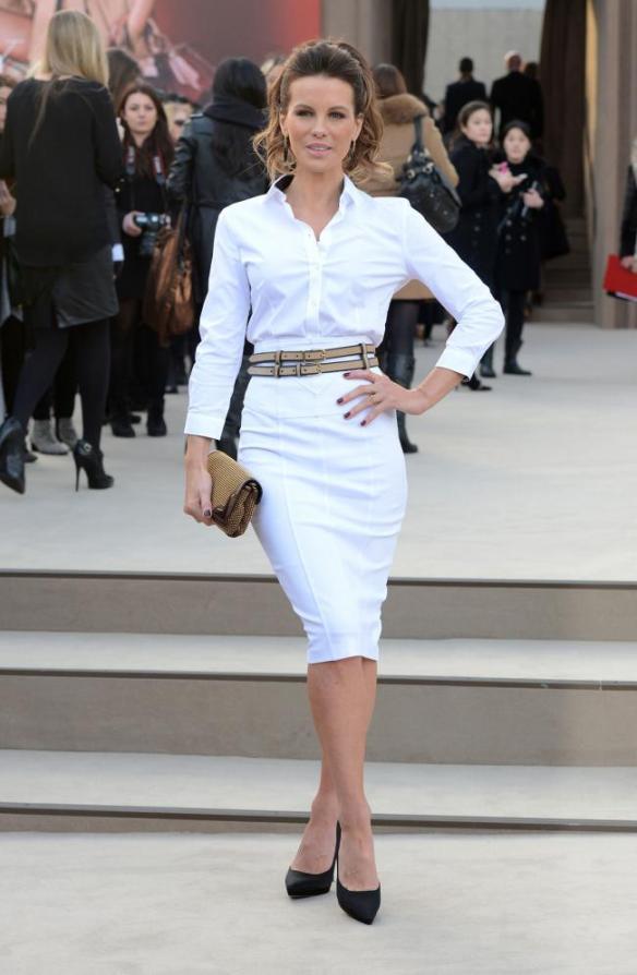 elblogdeanasuero_El estilo de Kate Beckinsale_Burberry falda y camisa blanca