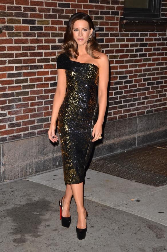 elblogdeanasuero_El estilo de Kate Beckinsale_Donna Karan vestido lápiz asimétrico de paillettes