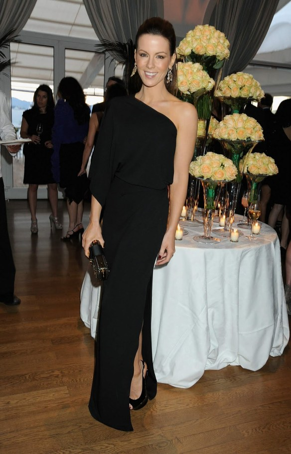 elblogdeanasuero_El estilo de Kate Beckinsale_Gianfranco Ferre Vestido negro asimétrico