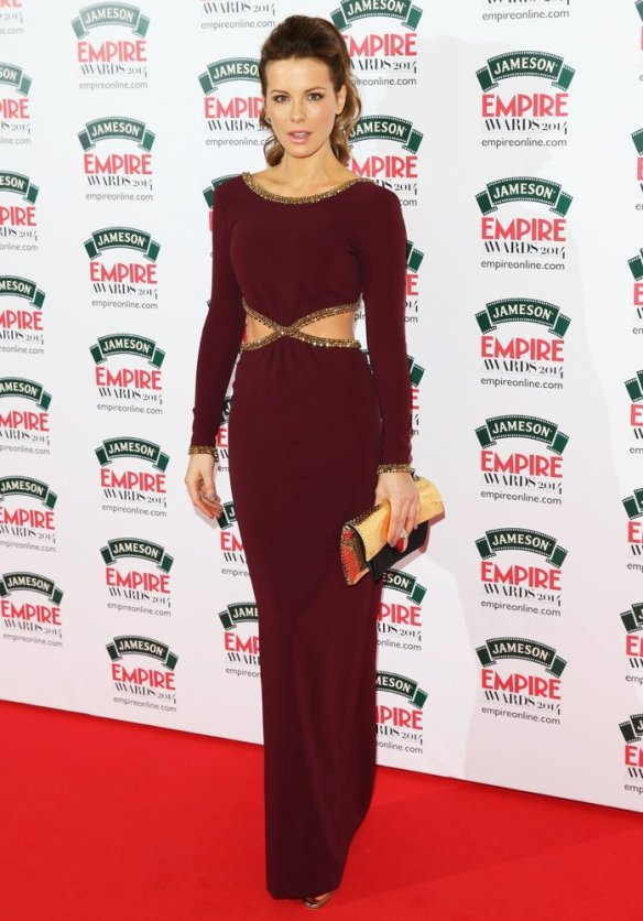 elblogdeanasuero_El estilo de Kate Beckinsale_Jenny Packham Vestido burgundy cut out