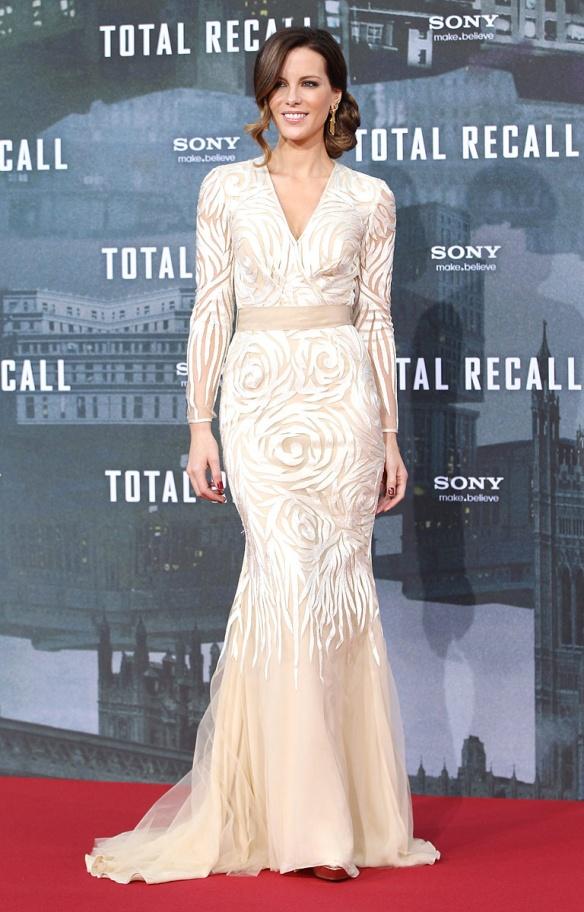 elblogdeanasuero_El estilo de Kate Beckinsale_Naeem Khan Vestido sirena blanco y maquillaje con manga larga