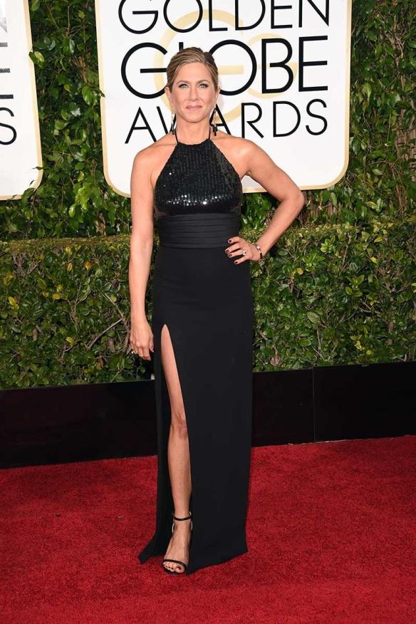 elblogdeanasuero_Globos de Oro 2015_Jennifer Aniston Saint Laurent negro escote halter