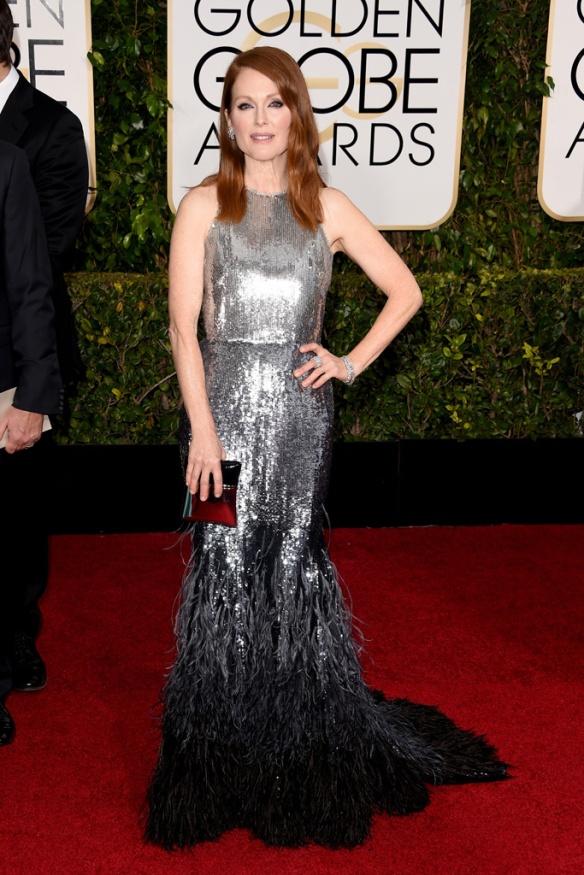 elblogdeanasuero_Globos de Oro 2015_Julianne Moore Givenchy metalizado con plumas